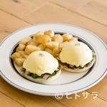 エッグスンシングス - オランデーズソースと具材が絶妙なハーモニー『ホウレン草とベーコンのエッグスベネディクト』