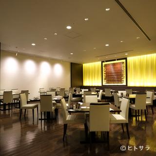 非日常の空間で、ゆったりとした時が流れるホテルレストラン