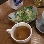 やぎばる Clover - ローストビーフ丼にはサラダとスープがつきます