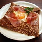 ブレッツカフェ エクスプレス - ホワイトアスパラガスとバスク産生ハムのガレット