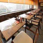 ステーキ食堂BECO - 窓際の席は明るく外の景色を眺めることができます