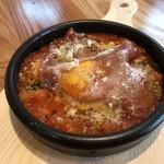 トマトとパンのチーズ焼きグラタン 生ハムと温泉卵のっけ