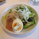上野洋食 遠山 - 前菜の「生ハムと玉子のサラダ」