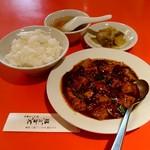 81741941 - Aランチ麻婆豆腐。スープ、ごはん、お新香、デザート付き860円(税込み)