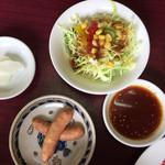 焼肉大倖 - サラダ、漬物、ウインナー、タレ