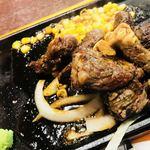 いきなりステーキ - こちらも美味しそう〜〜。自分で混ぜて作った山葵たっぷりの甘口のソースをかけ終わったところ