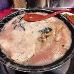 81758466 - これが「とんこつ黒 こってり」690円 この上なく美味いラーメン。濃いスープか口の中で旨さに変わる。