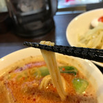 らぁ麺 紫陽花 - 担々つけ麺の平打ち麺、つけ汁の絡みもバッチリ❗️