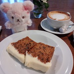 マーガレットハウエルショップアンドカフェ - イートイン。キャロットケーキ、カプチーノ。