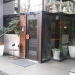 81765713 - お店の外観。青学の西門の前辺りにあります。
