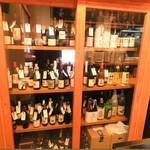 ニク マッスル スグル - ワインセラーには200種以上のワイン