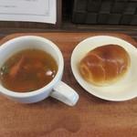 ティノ - 先ずは最初にスープとパンがカウンターに運ばれて来ました。  スープはコーンやグリーンピース等の野菜にソーセージの入ったスープ、パンにはバターが挟まれてました
