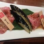 徳寿 - ロースとカルビはタレの味付け。塩のお肉が終わった後でこちらも一人分ずつ提供されます。