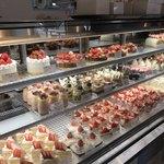 パティスリー・シュクレフレーズ - 店内のケーキコーナー