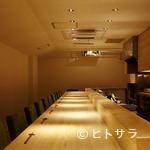ヨシモリ - 清潔な白木カウンターと温かい接客が独特な空気を醸成