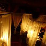 心の休憩室ガルーバ - 真っ暗な店内にはテントがいっぱい