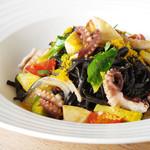 セストセンソ - イカ墨のタリオリーニ 飯蛸とタケノコ、芽キャベツのソース