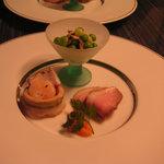 洋風旅館 ぴのん - 前菜 小海老とたこのさより詰め 鴨のくんせい 空豆とフレッシュマッシュルームのサラダ