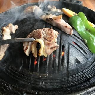 炭火七輪で焼き上げる地鶏、野菜は絶品!