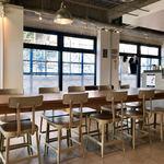 ストリーマーコーヒーカンパニー - 大きな窓で明るい店内