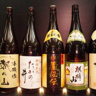 昭和レトロを感じさせる酒瓶と空間が大人の心をくすぐる!