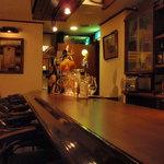 アンバーロンド - アンバーロンドのカウンターは7席。思い思いに語り合ってみては?お酒や趣味のこと、夢や悩み...etc。