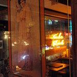 アンバーロンド - アンハイザー・ブッシュ社のアンティークのパブミラー。窓辺のネオンが綺麗に映ってます
