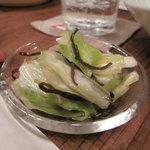 ポコペンのペコポン - 付き出しの小鉢(お通し代350円)。キャベツの塩昆布和え。