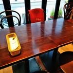 カフェラヴォワ - [内観] 店内 テーブル席 ②