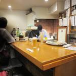 親父の料理 - 厨房前のカウンター席が5~6席。厨房内には優しい大将!