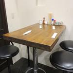 親父の料理 - 4人掛けのテーブル席が1卓あります。