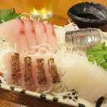 親父の料理 - お刺身の盛り合わせからスタート。 タイ・イワシ・ヒラマサ・イカの4種で、1~2人でつまむのに丁度良い量です。