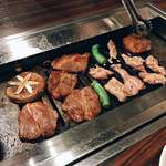 さんきゅう - 生ラム・鶏カルビを焼いているところ。