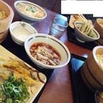 丸亀製麺 - 左側は、大アナゴ天とサワラ天