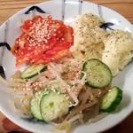 スター餃子 - キムチ・ナムル・ポテトサラダセット 250円