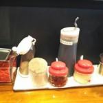 博多とんこつ でびる麺 - 卓上薬味