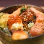 81831424 - 鮭といくらの海鮮茶漬け+炙り明太子 980円 のお茶漬け