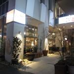 Bar&Cafe 炭火焼 ドン・ガバチョ - 歩道側から見た外観