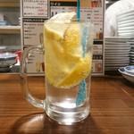手包み餃子バル CHANJA - レモンがいっぱい入ったCHANJAレモンサワー