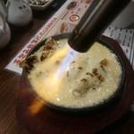 手包み餃子バル CHANJA - チーズ餃子 溶けたチーズを鉄板に流し込みバーナーで炙ります