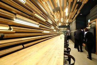 ラーメン ドゥエ エド ジャパン - 店内のカウンター席の風景です