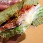 ジュノエスクベーグル - みっちり詰まったベーグルもハードすぎず、でもパンよりしっかり噛み応え。