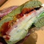 ジュノエスクベーグル - 厚切りベーコン、レタス、セミドライトマトを、ほうれん草チーズベーグルでサンド。