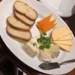 81843209 - チーズの盛り合わせ。