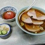 伊勢屋食堂 - チャーシューメン、トマトの酢漬け、漬物