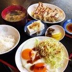 きんちゃん - 目玉焼き、餃子、定食(半ライス) 計830円