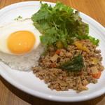 パパイヤリーフ - タイ風豚挽肉のバジル炒めごはん