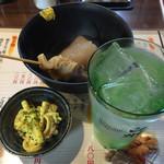たよし - ワンコインセット¥500の、おでん2品(すじ、大根)と小鉢(マカロニサラダ)そしてドリンク1杯(イモ焼酎水割り)