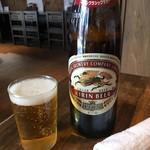 やきとん くう - 「瓶ビール」大瓶。580円也。