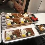 丸亀製麺 - ロースカツ弁当(左)とチキン南蛮丼(右)